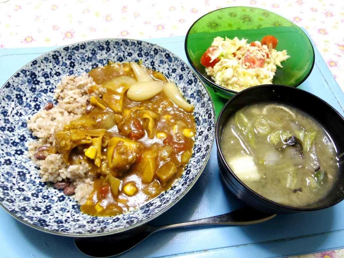 今夜は牛筋カレー、キャベツプチトマトオニオンチップ豆類温サラダ、白菜油揚げとかのお味噌汁です。