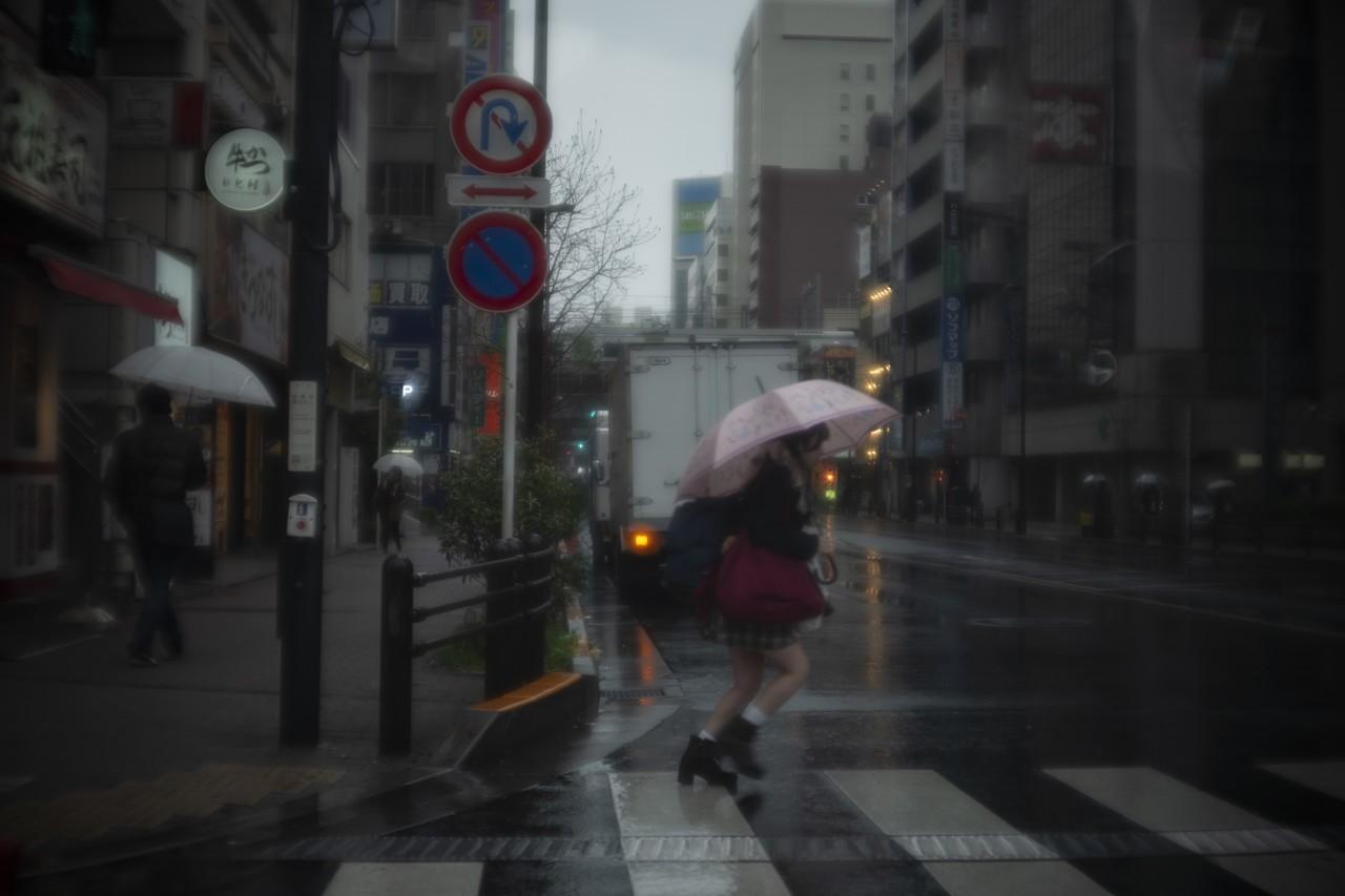 雨の日の東京の光が好きだ.いろんな反射を持ちながら気だるく靄がかかった風景.