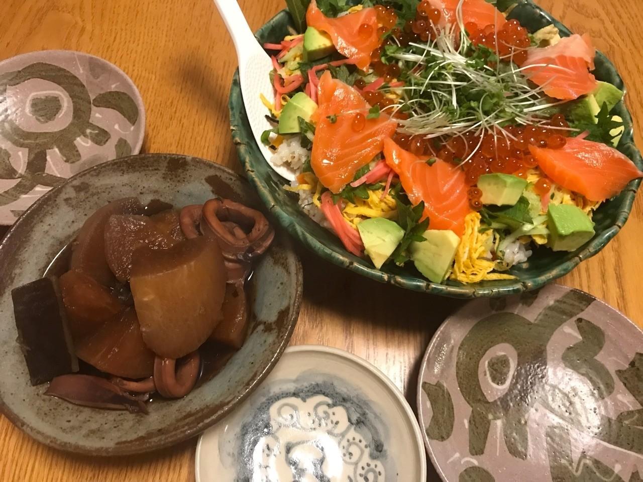 30年前つくった緑釉の器にチラシ寿司、サーモンとイクラ入り(^_−)−☆ #晩ごはん #サーモ #イクラ #織部釉
