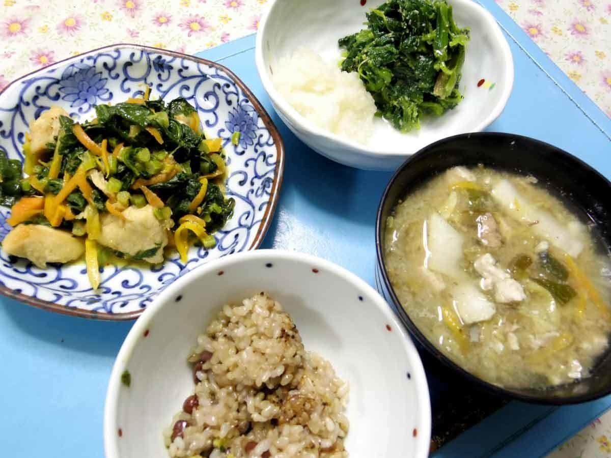 今夜は大根葉茎人参鳥から炒め、ほうれん草の胡麻みそ和え、大根おろし、白菜とかにんじんやらの汁、ご飯です。