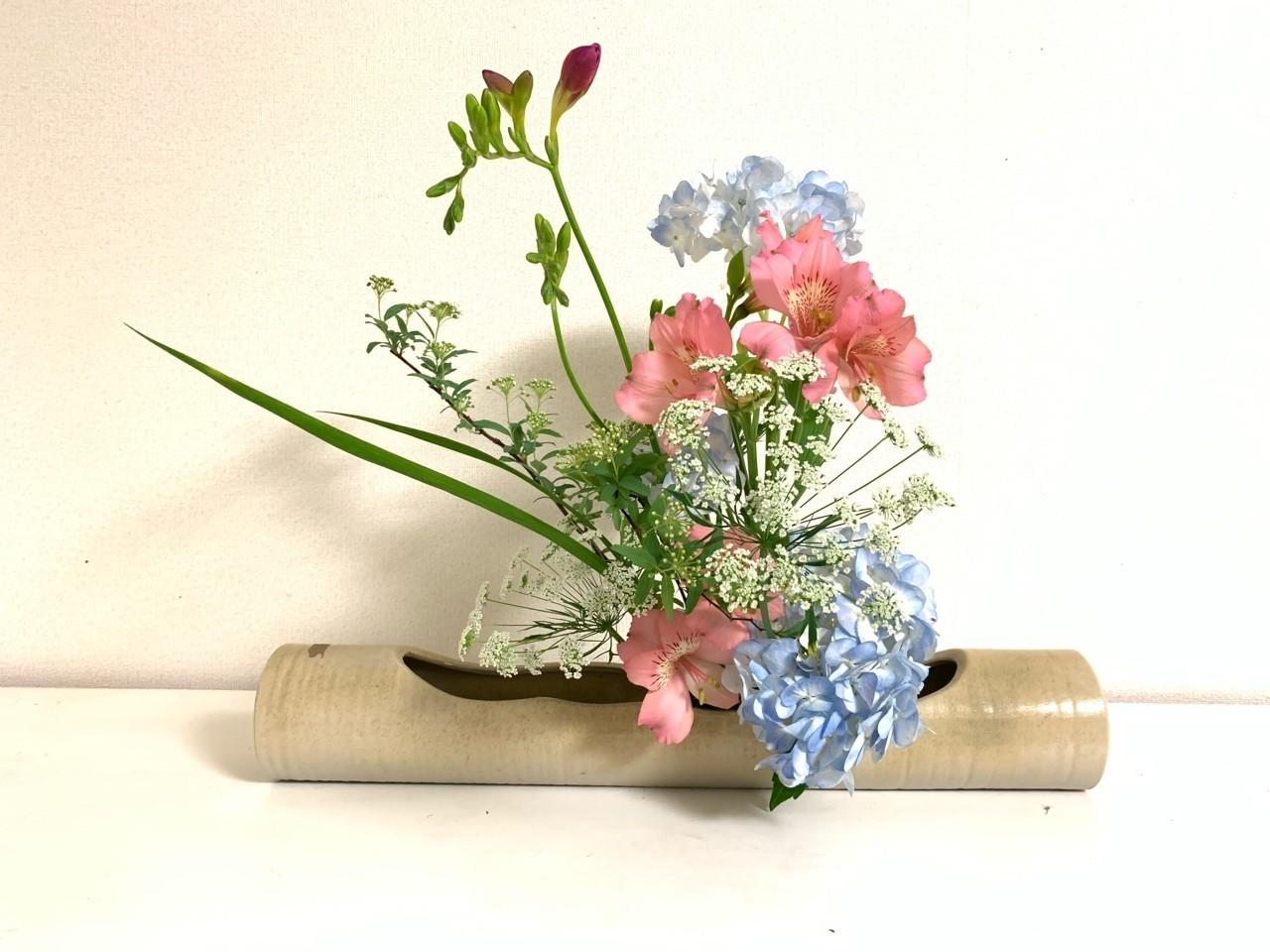 まぜざし  5種類以上の花を使って生ける「まぜざし」  どの花が主役、どれが脇役、というのではなくて、たくさんの花が混ざって一つの花になる。  #華道 #いけばな #生け花 #草月 #草月流 #花 #植物 #アート #デザイン #いけばな男子#花のある暮らし