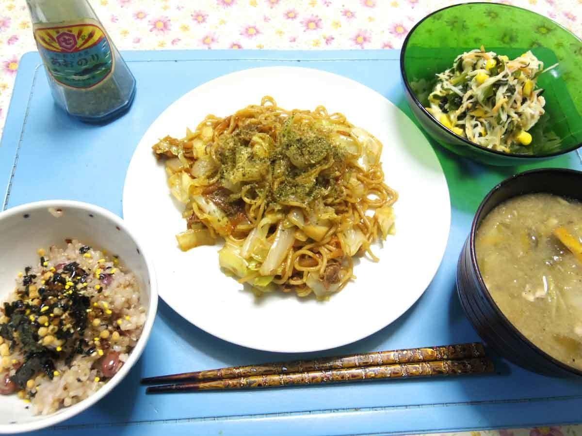 今夜は豚たまねぎ人参キャベツ焼きそば、大根人参紫蘇コーン温サラダ、白菜ジャガイモとかのお味噌汁、熊本は贅沢ふりかけの炊き立てご飯です。