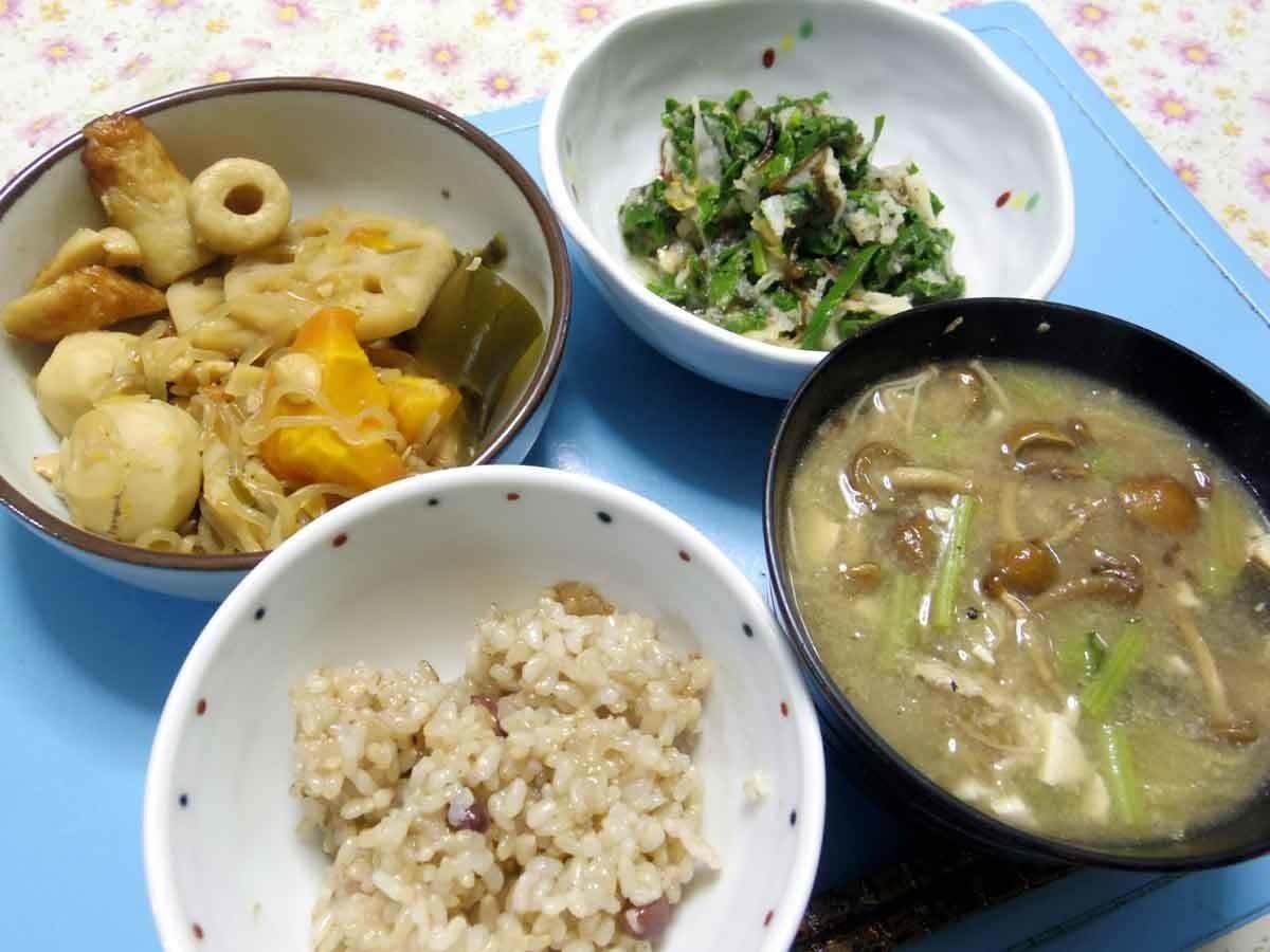 今夜は里芋・人参・大豆・レンコン・糸コン・ちくわの煮物、大根葉白菜キムチもずく紫蘇大根おろし温サラダ、ナメコ大根茎豆腐のお味噌汁、ご飯です。