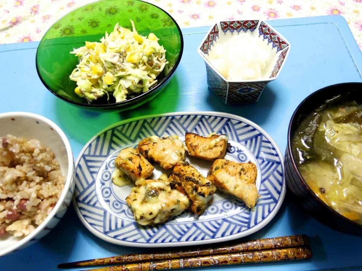 今夜はカレーケチャップ味付けのチーズ紫蘇チキン、コーンちくわキャベツの温サラダ、大根おろし、白菜ワカメとかのお味噌汁、ご飯です。