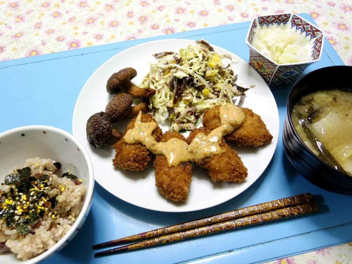 今夜はカキフライの紫蘇タルタルソースかけ、キャベツキクラゲコーン鯖の缶詰温サラダ、シイタケが揚がったの、大根おろし、白菜大根とかのお味噌汁、熊本は贅沢ふりかけご飯です。