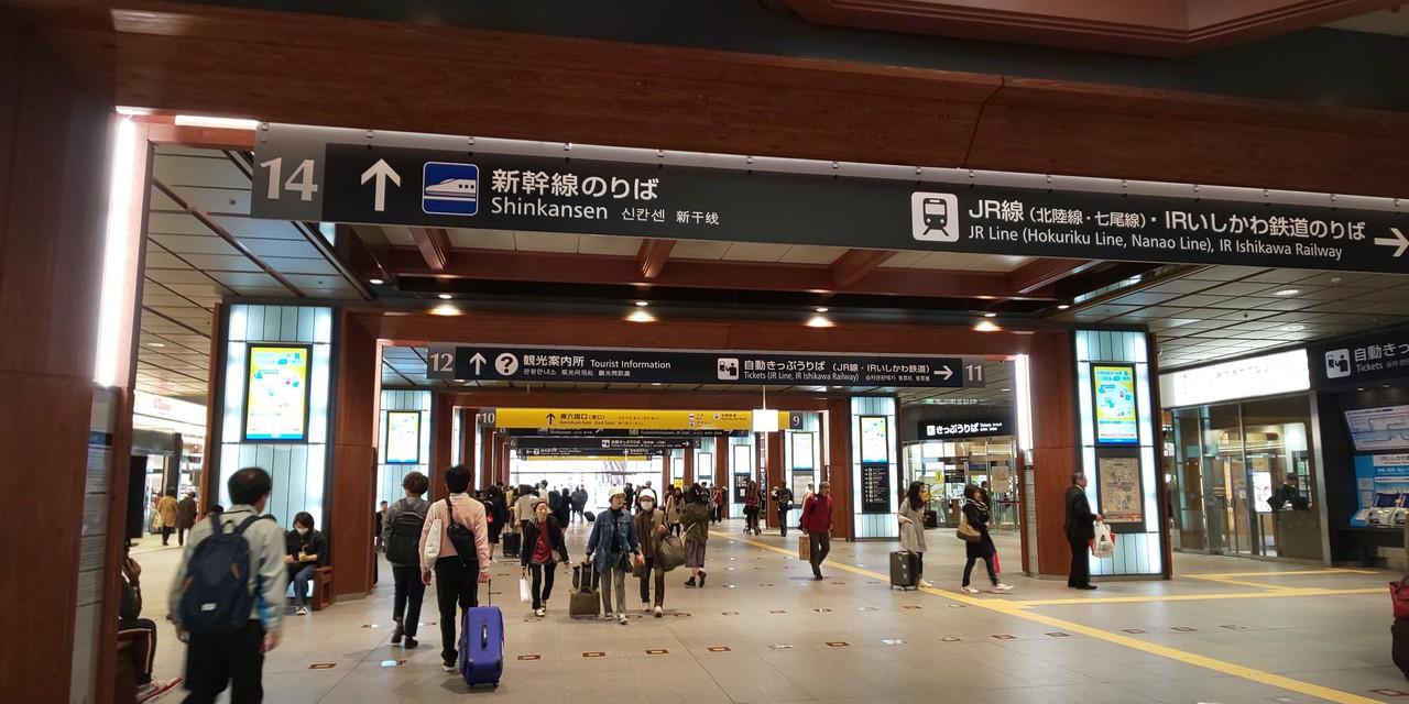 今日は名古屋発の『特急しらさぎ』に乗って、まずは金沢へ。金沢駅で北陸新幹線に乗り換えました。