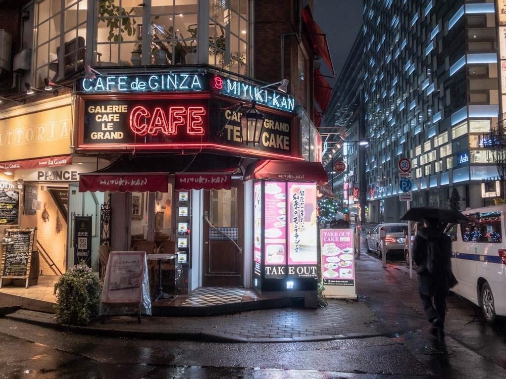 雨の銀座にたたずむカフェ