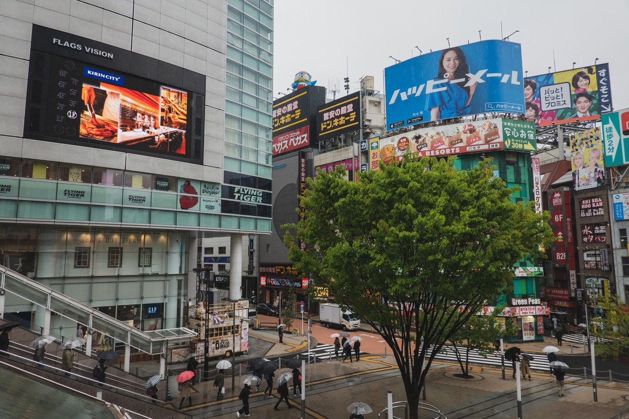 雨の新宿駅前