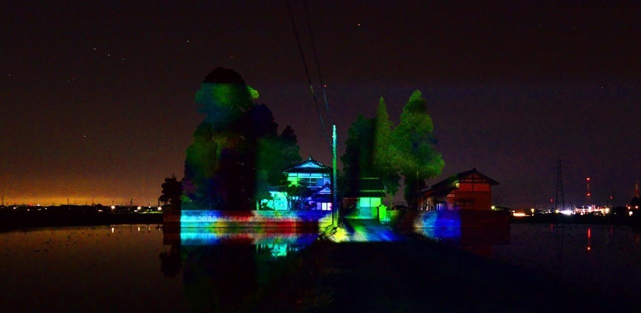 高岡の散居村夜、水がはられた田んぼに浮かぶ古民家のプロジェクションマッピング。Nプロが協力しているシネマティックアーキテクチャ東京さんの試み。古民家は民泊を始められた「きょんさ」さん。10月にも再びこのイベントと、高岡市博物館でのワークショップが予定されています。またお知らせしますね。 https://www.facebook.com/cinematicarchitectureintakaoka/