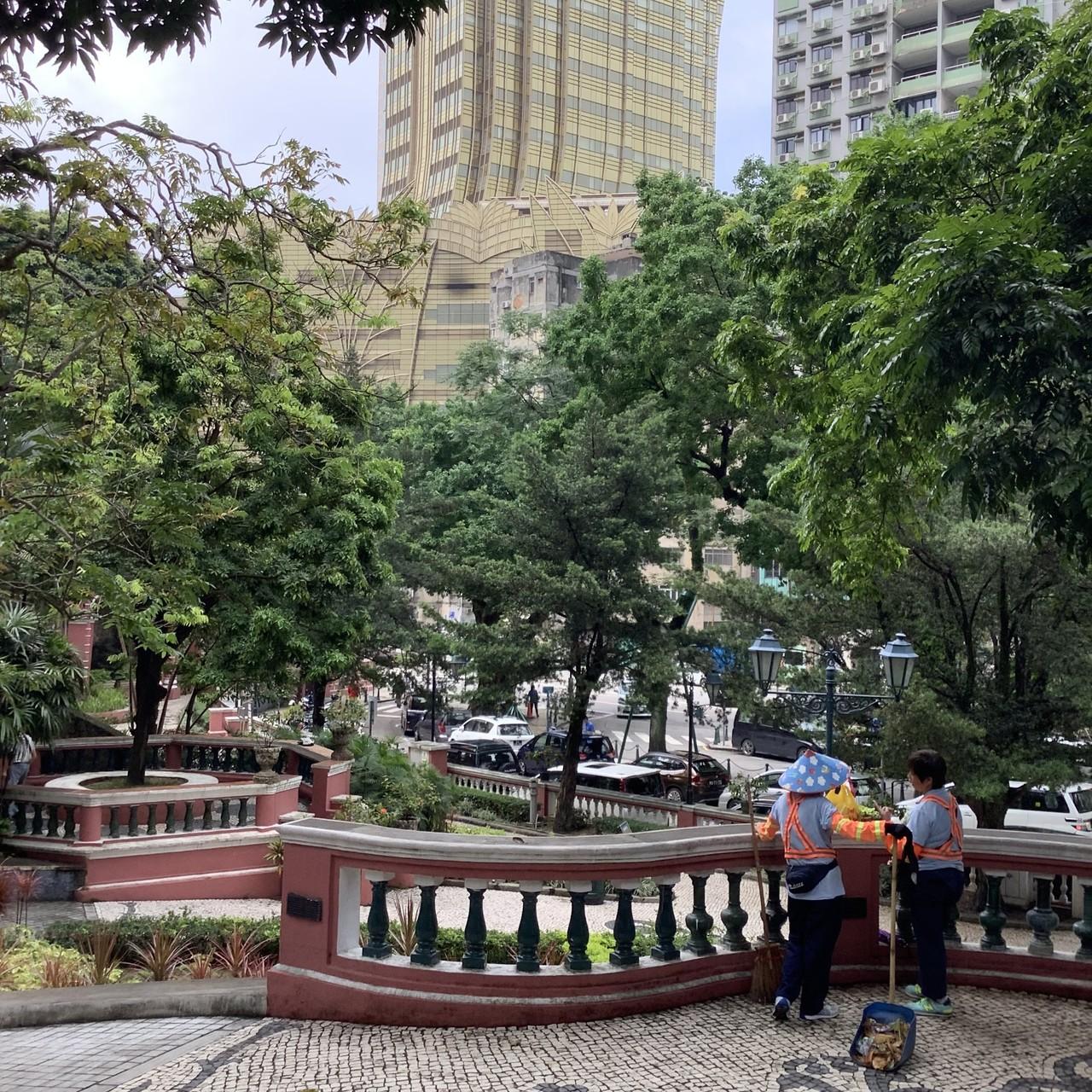 マカオ政府観光局のキャンペーンの一環で、現地からあれこれ発信するひとりに選んでいただけました。マカオといえばギャンブルだけど、私は賭け事に興味なし。ですが、すっかりマカオにハマりました。まち歩き、楽しいんですよ。街角スナップ集・第2弾です。ここは加思欄花園という公園、清掃のおばちゃんがかぶっている笠がかわいくて、思わず一枚。園内では早、サルスベリが咲いていましたよ。