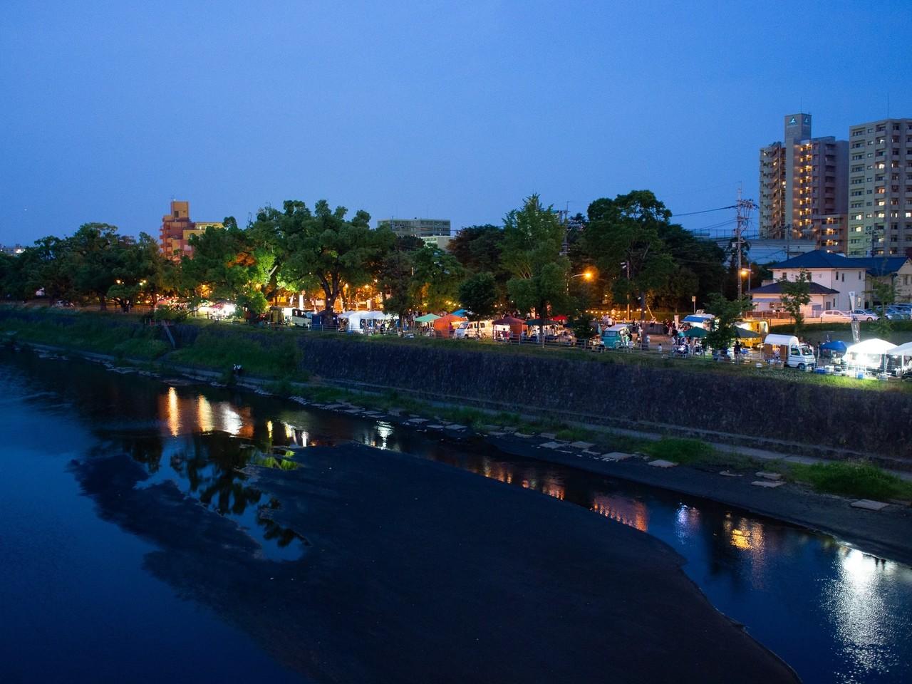 熊本市の繁華街を流れる一級河川の白川沿いで夜市が開催されました。