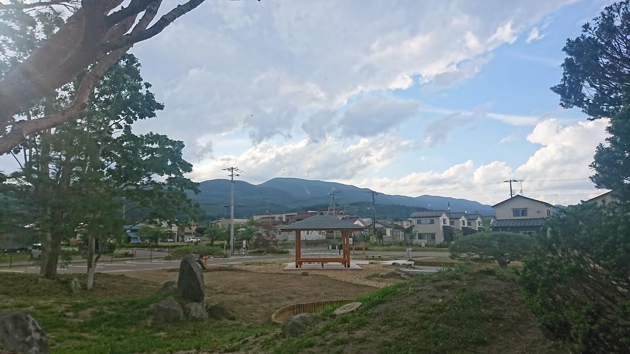 蚕糸記念公園から見る半田山