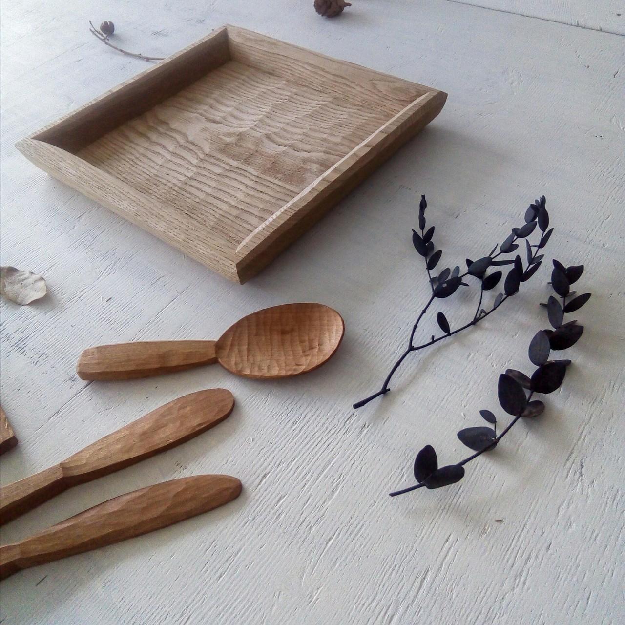 トレイ皿と木のスプーン。飾り台やトレイ、お皿。