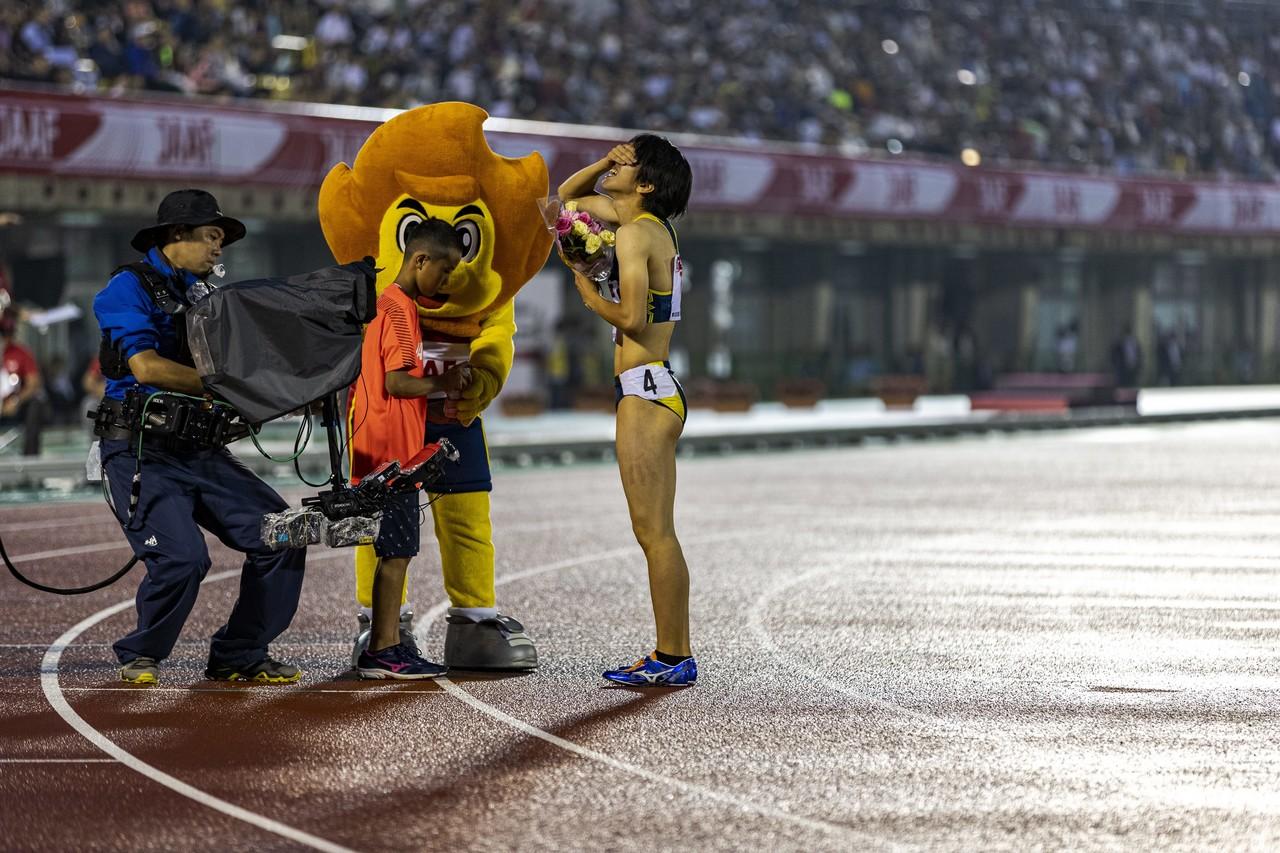 EKIDEN Newsは記者ではなく、フォトグラファーとしてメディアパス申請をします。それはプレスルームの映像や記者席からでは見えないことがグラウンドレベルに落ちているから。でも、こういうシーンに出くわすと軽々しく何か言えないし、すぐには書けないこともあります。日本選手権 女子400m優勝 青山聖佳(大阪成蹊AC・大阪)