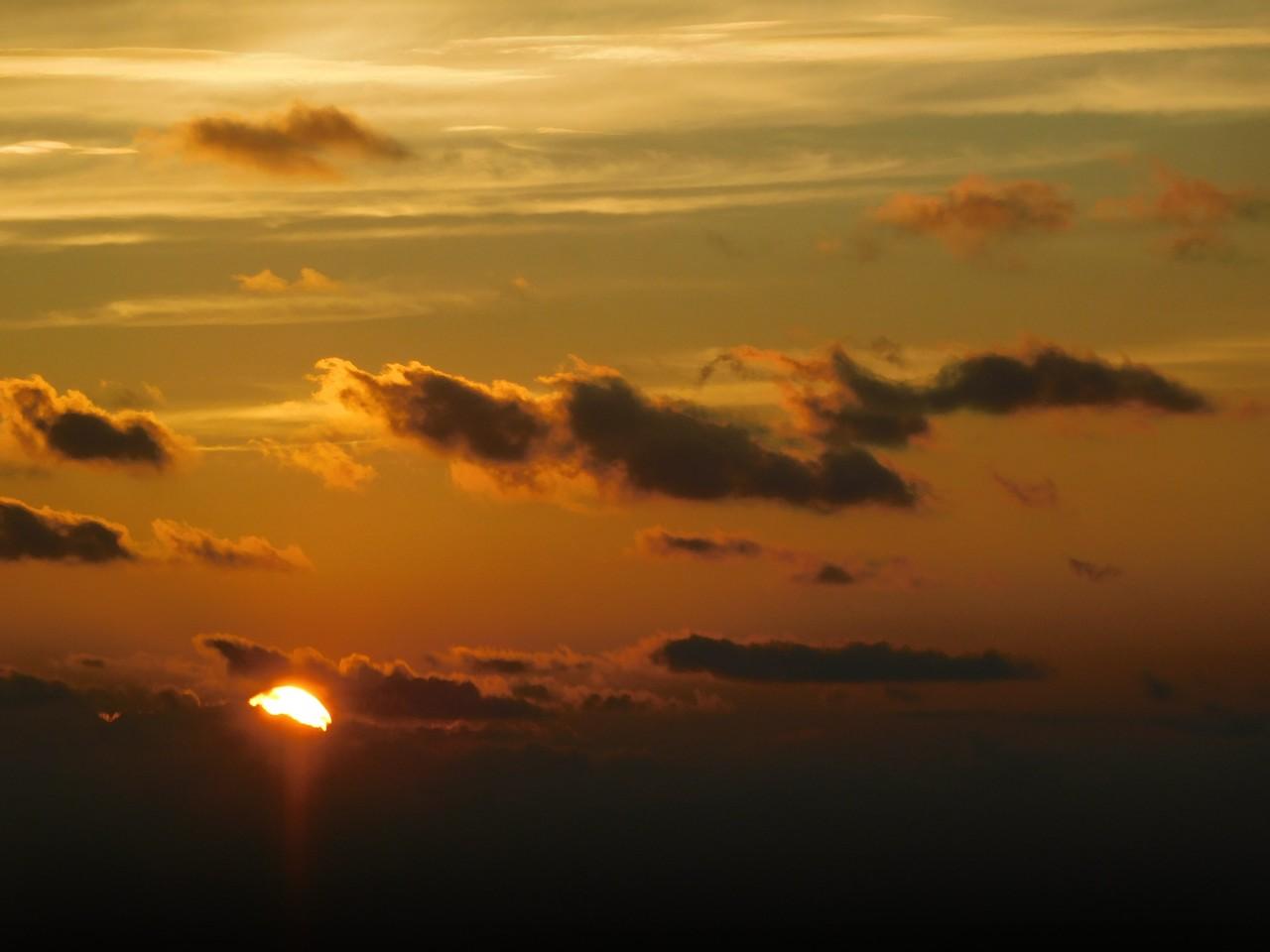 ここから最後の画像まで、船上で眺めた夕方から夜にかけての空の色です