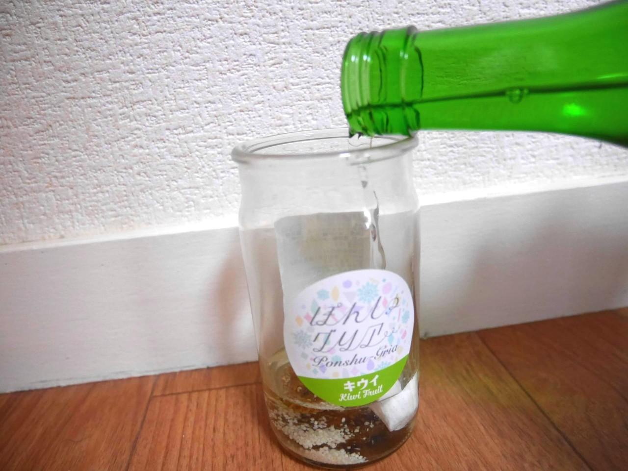 日本酒カクテルの素・ぽんしゅグリアに日本酒を半分注ぐ