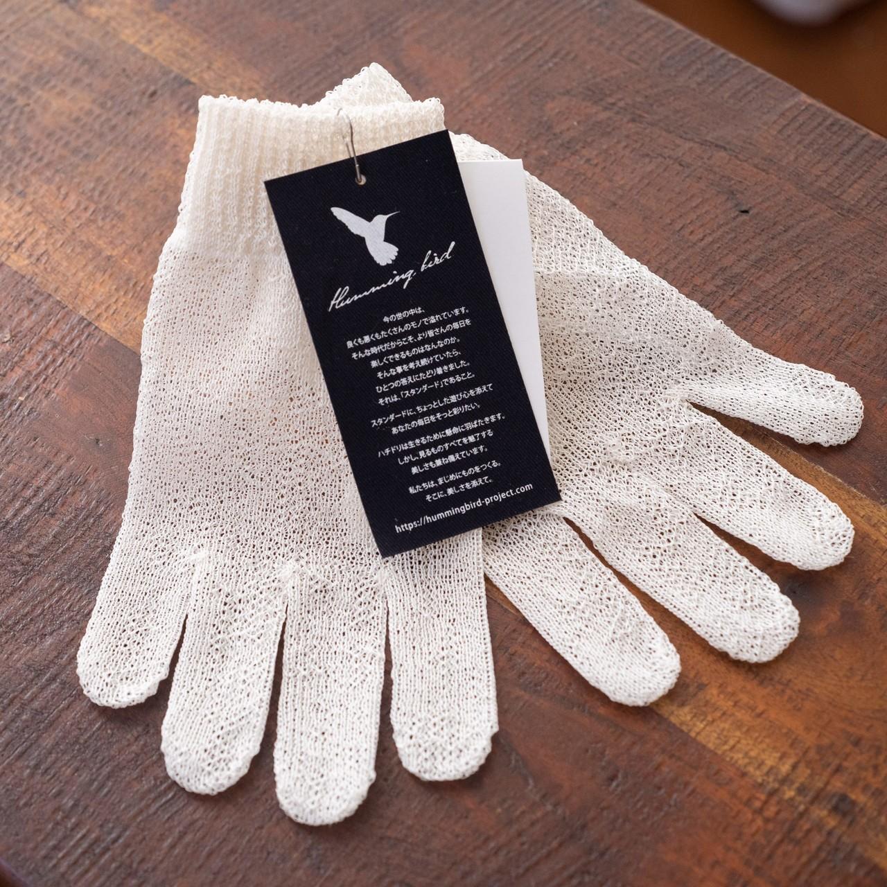 こするだけで荒れた手がツルツルになる、生糸の手袋