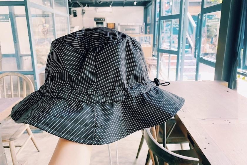カフェで帽子