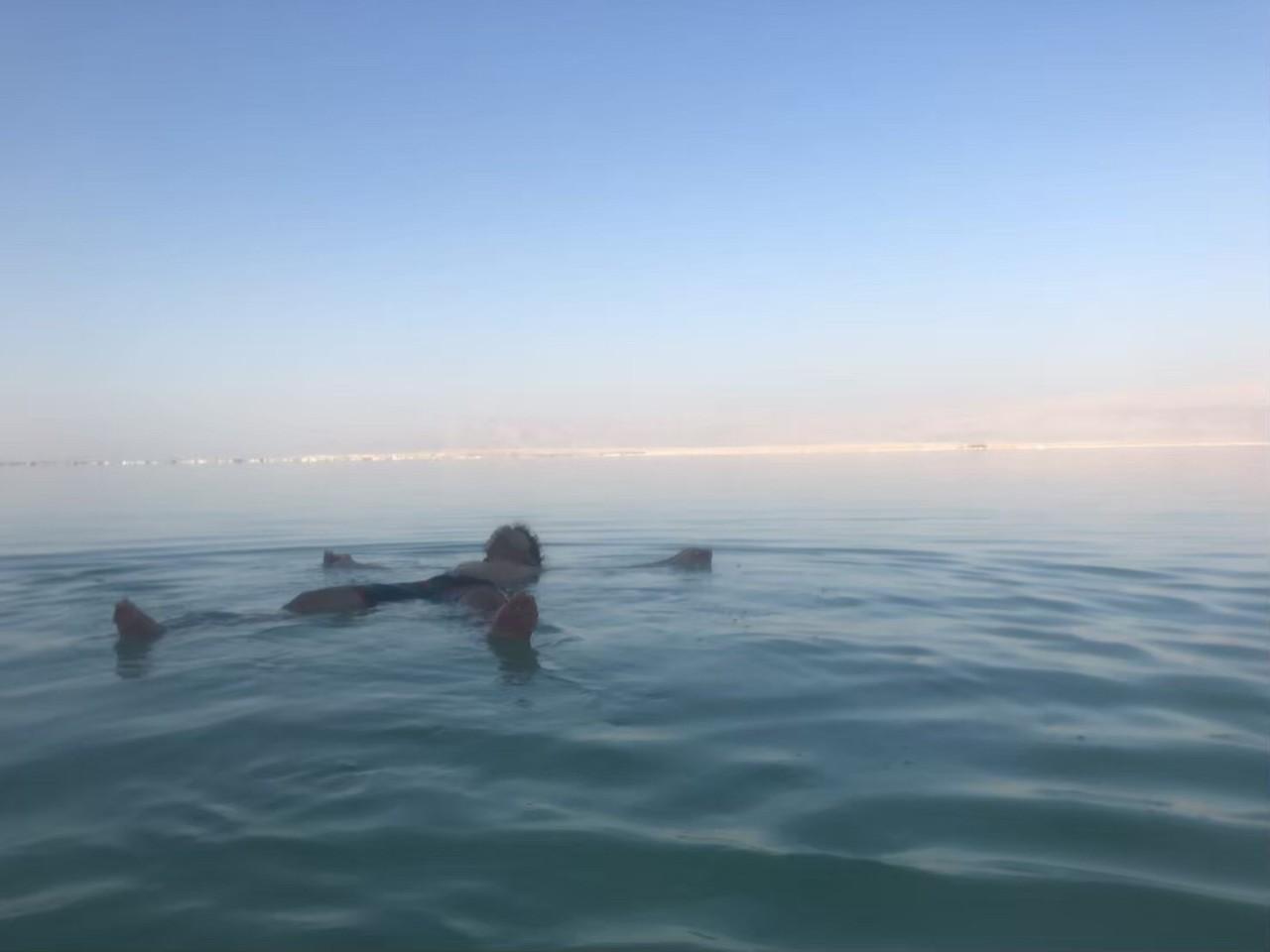 実際に死海で泳いでみた