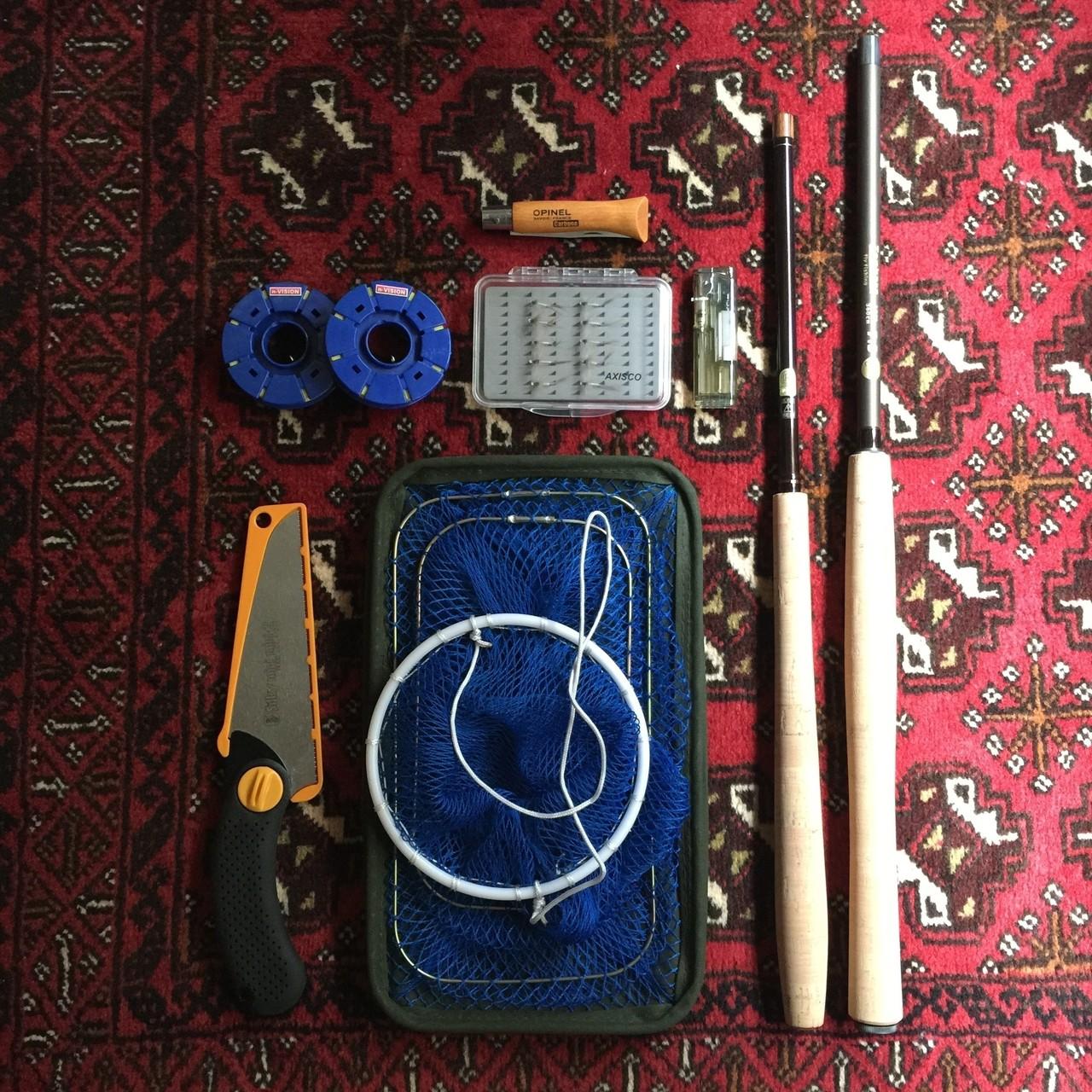 「テンカラ」セット:時計回りにナイフ・テンカラ(竿)・魚籠・鋸・ライン・毛針