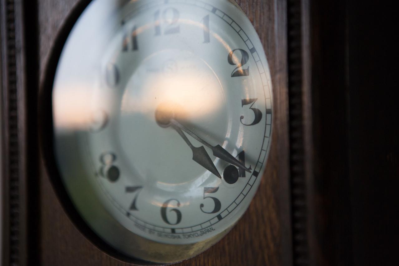 """時計のガラスに外の夕焼けが反射している。美しい""""時間""""だ。 部屋の電気は着けずずっと暗くなるまで見ていた。 なんだかとても静かだった記憶がある。"""