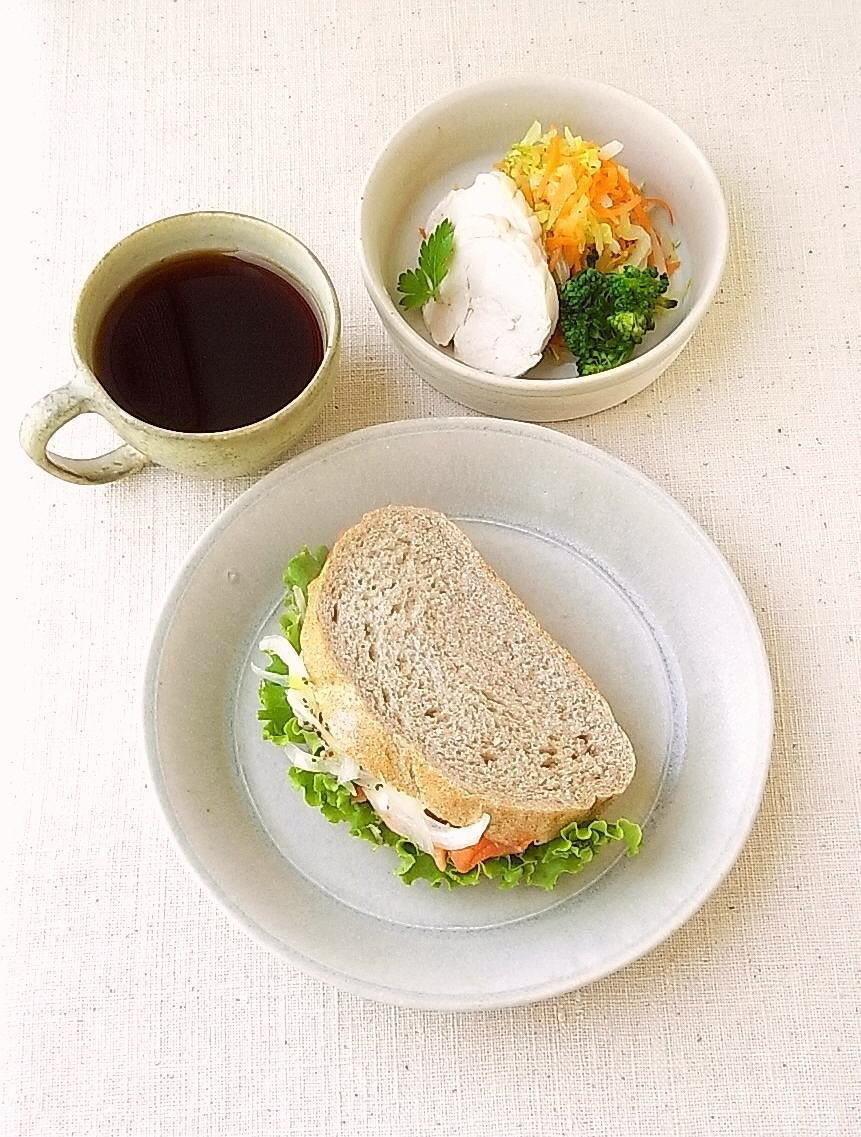関 太一郎さんのリム平皿。サラサラの質感と淡い水色が好き☆
