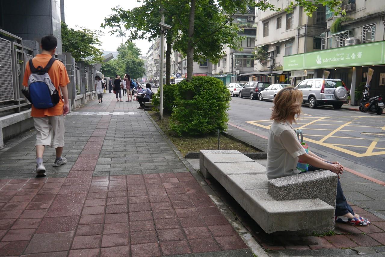 歩道のベンチはまちづくりの基本...