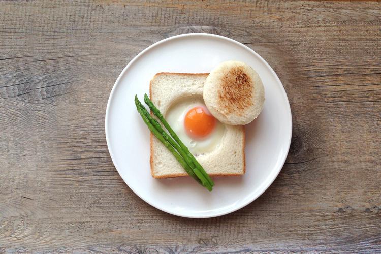<材料>   食パン、アスパラガス、たまご、塩