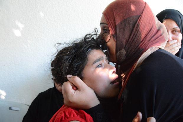 パレスチナ人が虫けらのように殺され、街が粉々に破壊されていくようすを、カメラはありのままに記録していた ―     2014年夏、ユダヤ少年殺害事件を口実にイスラエルはパレスチナ自治区ガザに軍事侵攻した。   東京23区の半分しかない狭い狭いガザにミサイルや砲弾を雨あられのごとく撃ち込んだのである。    侵攻直後からガザに入った田中は、イスラエルの無人攻撃機から警告弾を落とされながらも、撮影を続けた。