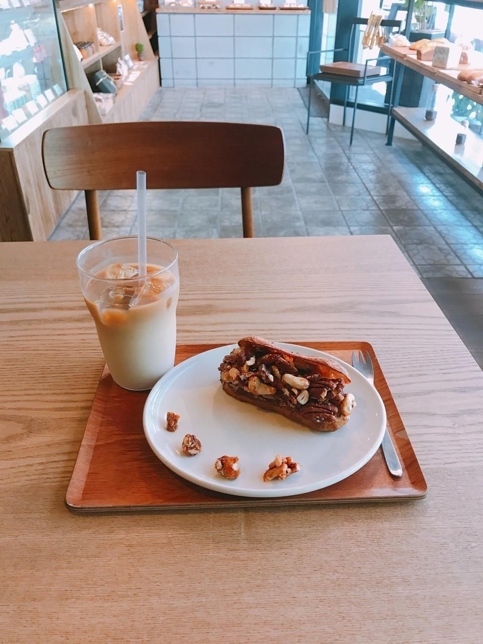 豆乳のカフェラテと男のエクレア  写真はfoodieで撮ってみた