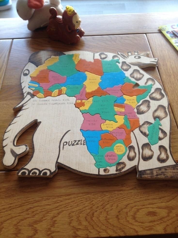 西アフリカのどこかの国のお土産だというアフリカの地図パズル。駐在と出張で12カ国に行っただけですが、その倍ぐらいの数の国の保健政策に口出しする仕事をしていたので、私がこのパズルの完成にかける時間が人並外れて短いらしいです。同じようなパズルをもう何年も探し続けているのですが、どこにもなくて哀しい。。。