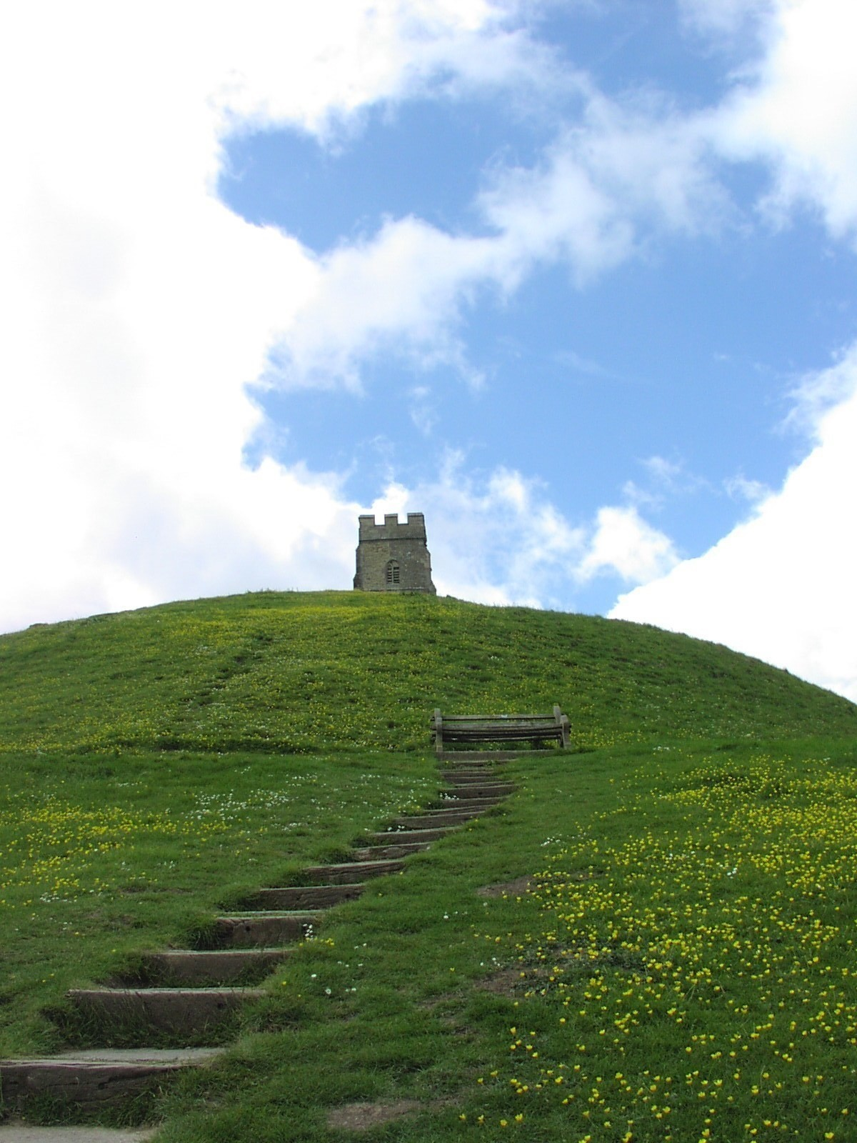 英国グラストンベリーにある丘。この場所は古代ケルト人にとっての聖地であり、アーサー王伝説の島「アヴァロン」としても知られています。2011.5.14撮影@Glastonbury, England
