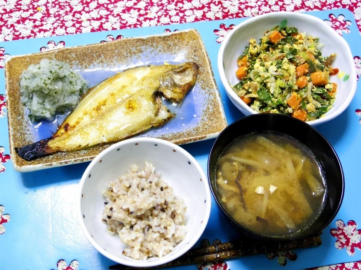 今夜は焼きカレイと紫蘇柚子大根おろし、ニンジン大根葉フライオニオンチップのシラス卵炒め、あの汁、ご飯です。