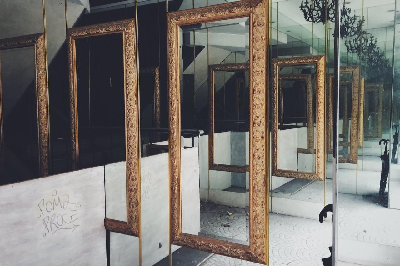 銀座にて廃墟のような雑居ビルの合わせ鏡。両側に鏡があり永遠に続いていくのが合わせ鏡で、なんだか惹かれる。
