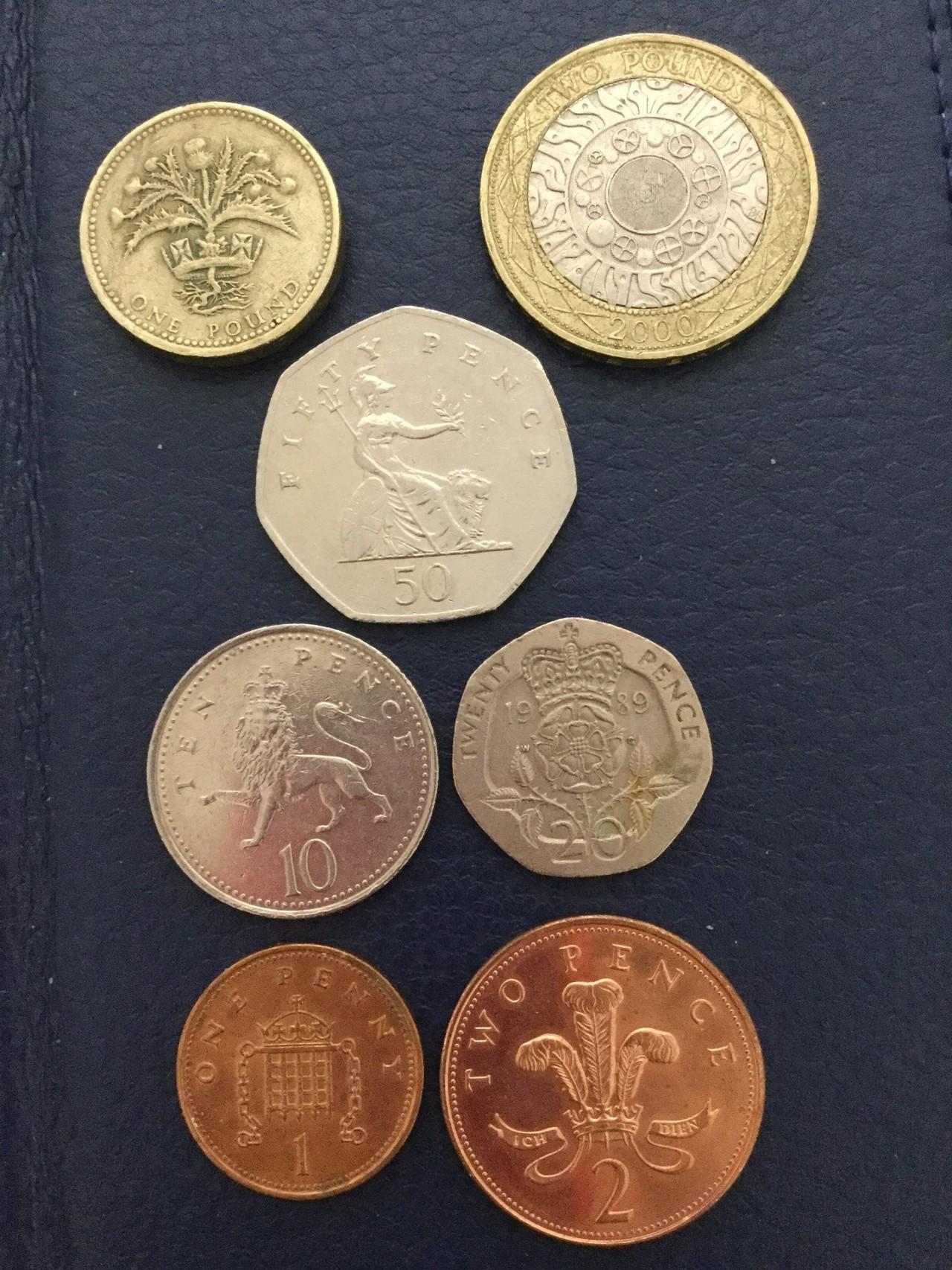 イギリス・ポンド硬貨 1984年〜2006年  2ポンド(4段目右):2000年 1ポンド(4段目左):1984年 50ペンス(3段目):2001年 20ペンス(2段目右):1989年 10ペンス(2段目左):2000年 2ペンス(1段目右):2006年 1ペンス(1段目左):2001年