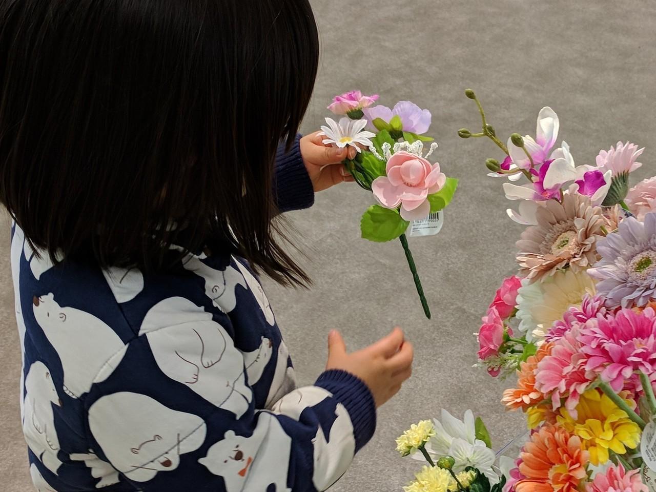 100円ショップへ行くたびに、造花を手に取り感動している。