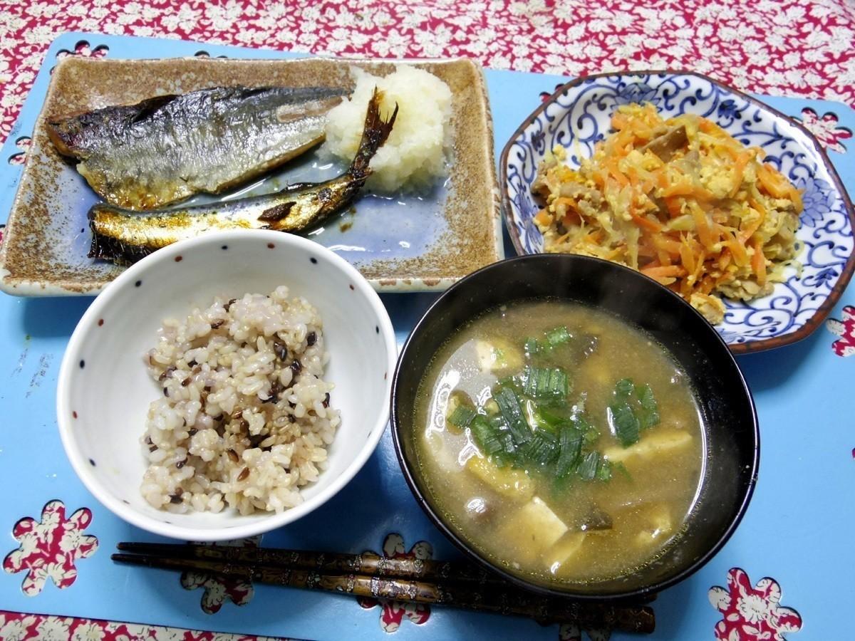 今夜はアジが焼かれとイワシとか大根おろし添え、ニンジンタマネギブタアンチョビチーズシリシリが焼かれ、トウフ揚げとかのお味噌汁、ご飯です。