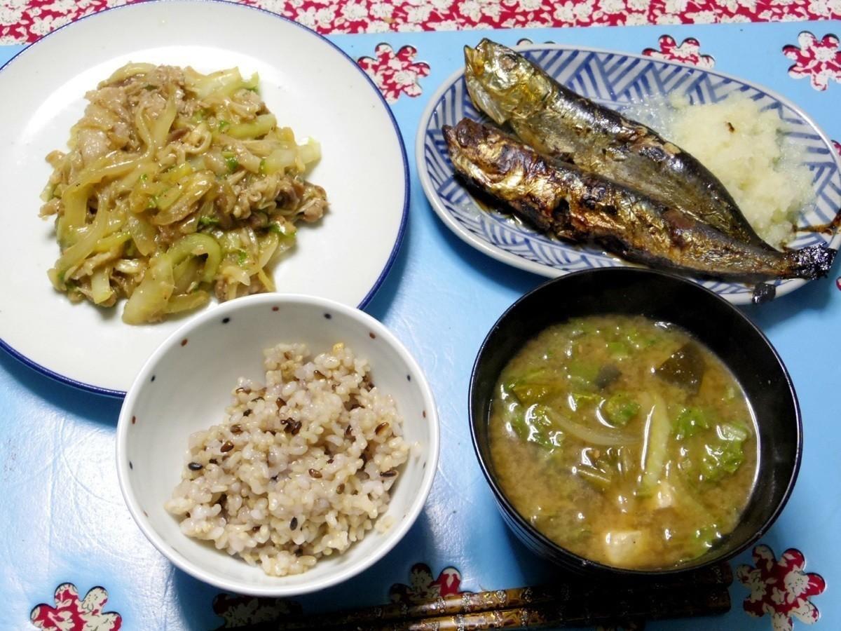 今夜は焼き鰯の大根おろし添え、炒め豚白菜エノキタマネギトムヤムクン炒め、白菜とかのお味噌汁、ご飯です。