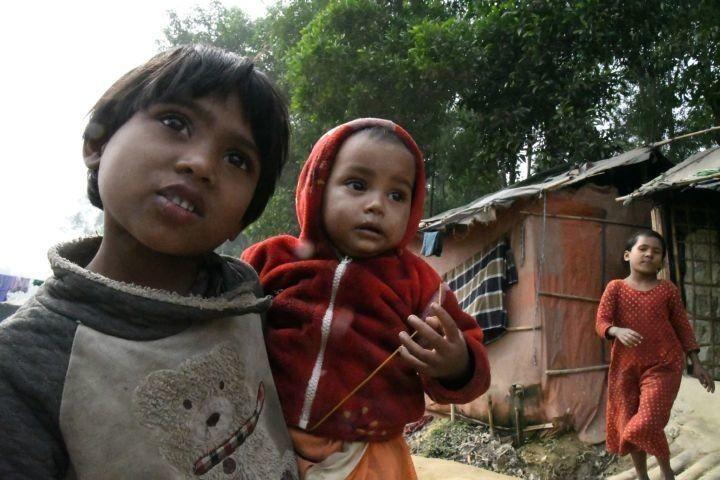 「こんな凄い難民は見たことがない」。UNHCR(国連難民高等弁務官事務所)のベテラン職員がド肝を抜かれるほどの難民が、ミャンマーからバングラデシュに押し寄せてきた。村人の半数を殺戮し、乳幼児を生きたまま火に投げ込む。若い女性を悉くレイプする。仏教徒に後押しされた国軍による民族浄化は想像を絶するほど凄まじかった。「ミャンマーに送り返されるのであれば、ここで死ぬ」と訴えるロヒンギャたちを田中龍作のカメラが追った。