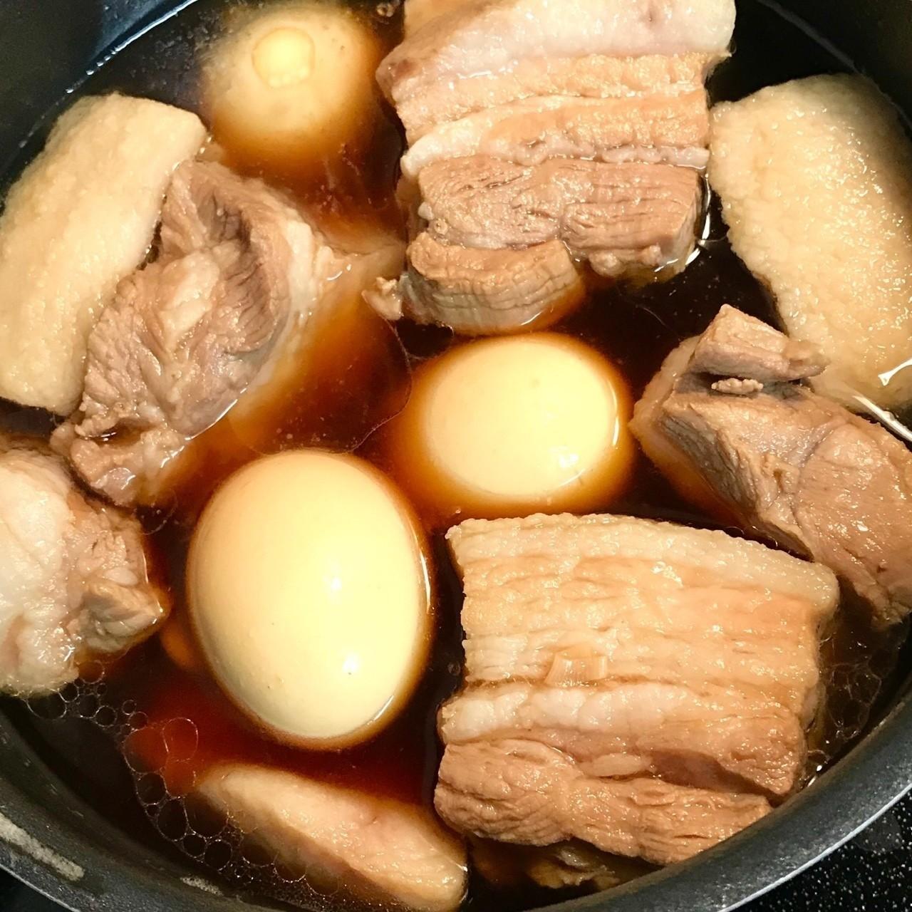 今日はミニブタの日。 だからって訳じゃないけど #角煮 をぐつぐつしとるぶーwww 昨日 #豚バラブロック が安かったから買っておいたんだぶー。角煮大好きぶー。