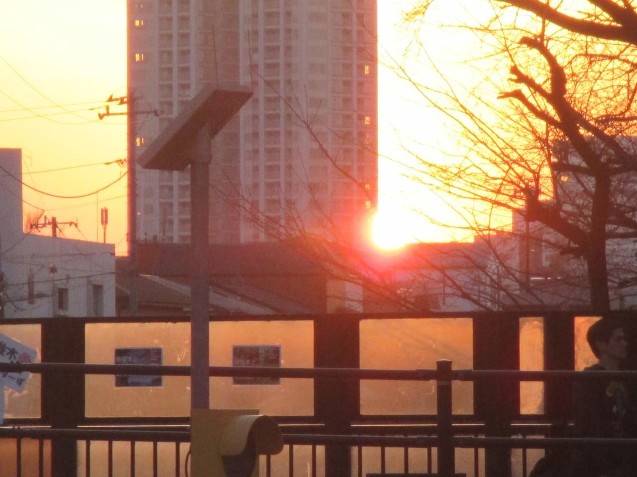 JR東中野駅前から見る。