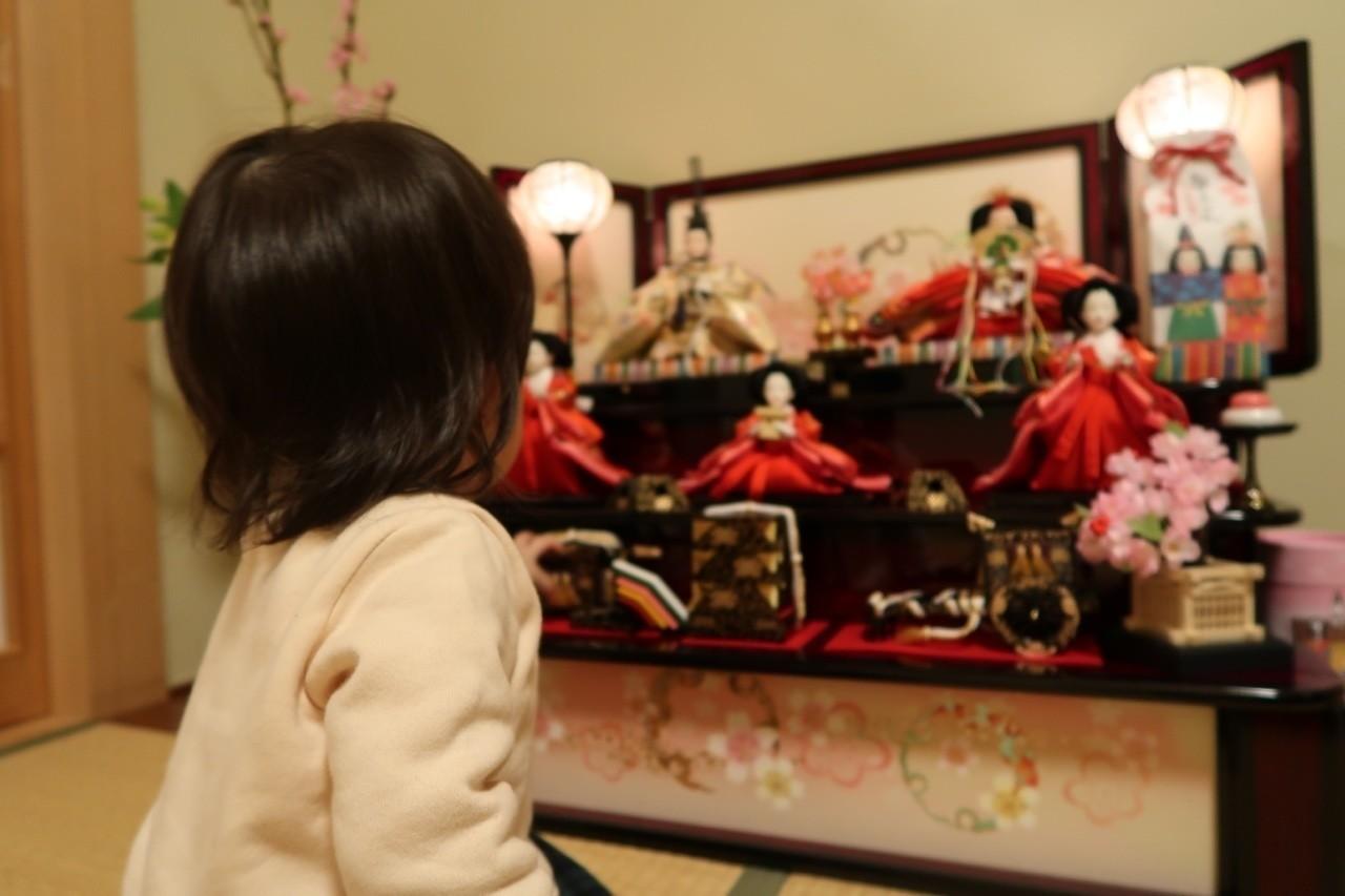 姪のために雛壇を飾り、 雛壇を片付けるのは、 叔父であり、男である私の役目でした。