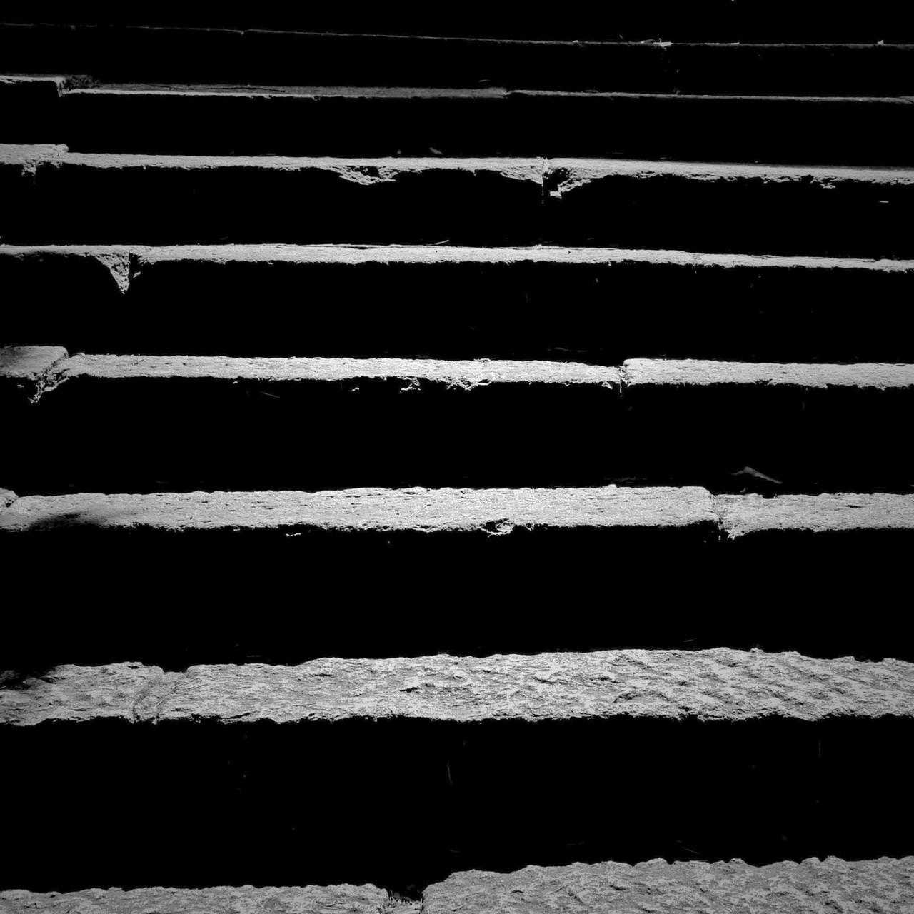 たとえばの話。長い石段の途中にいきなり放り出されたら、あなたなら「上りますか?」それとも、階段を「下りますか?」  答えは・・・どちらも実際に向かうしかわからない。 そういう意味では、時間とは親切だ。いやでも進むしかないのだから。