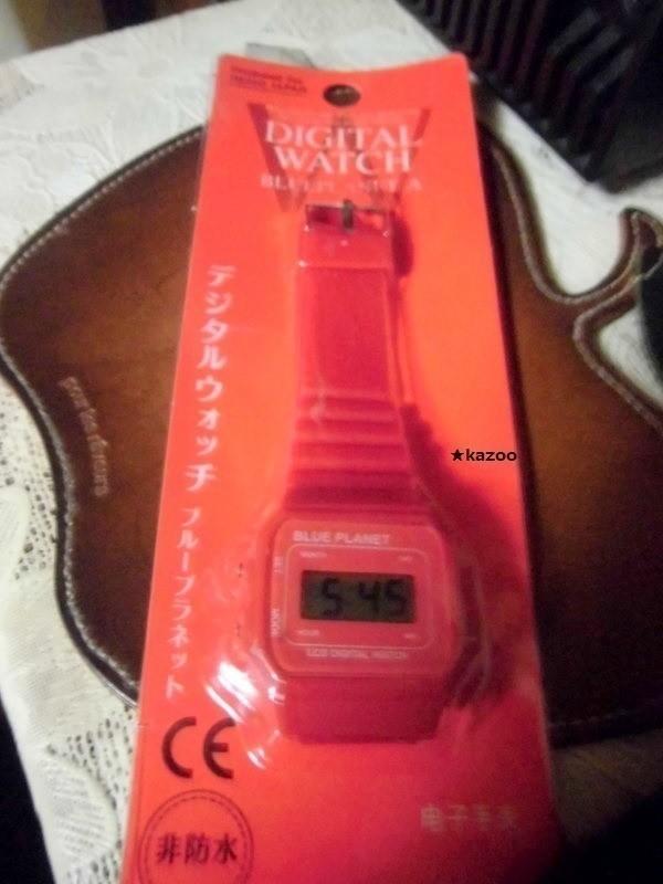 時計。赤い。