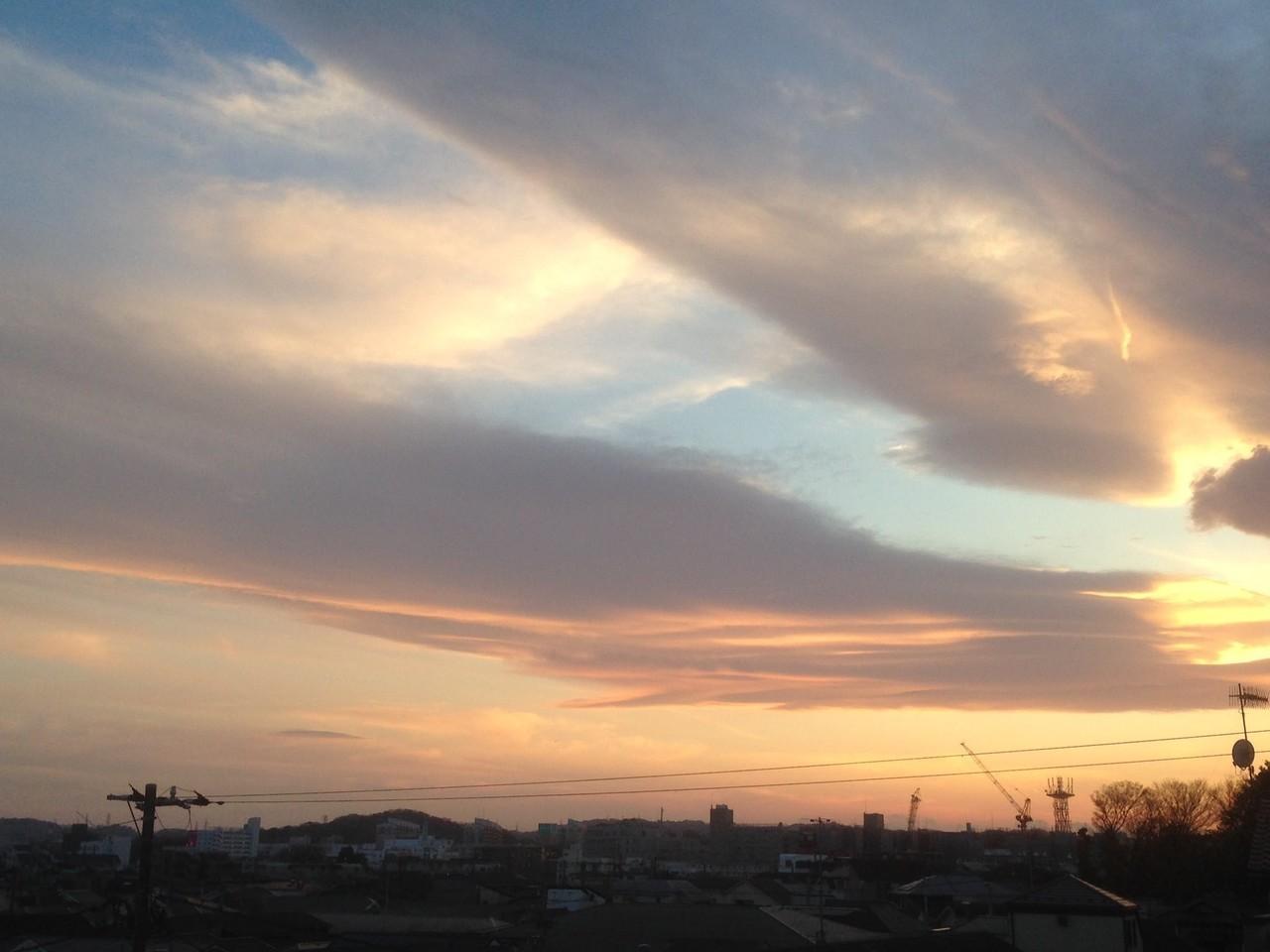 今日の夕方、 相模湾にめっちゃ地震雲出てましたよ。17日は新月
