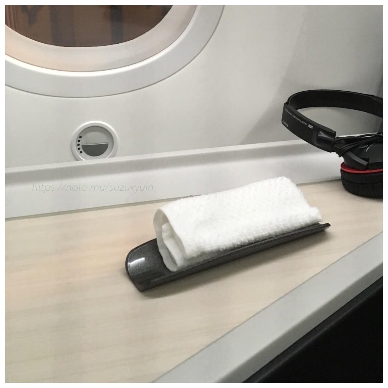 JALのビジネスクラスではウェルカムドリンクを意地でも出さないかわりに、何故かおしぼり配ります。ずいぶんと的外れな「お・も・て・な・し」感覚。