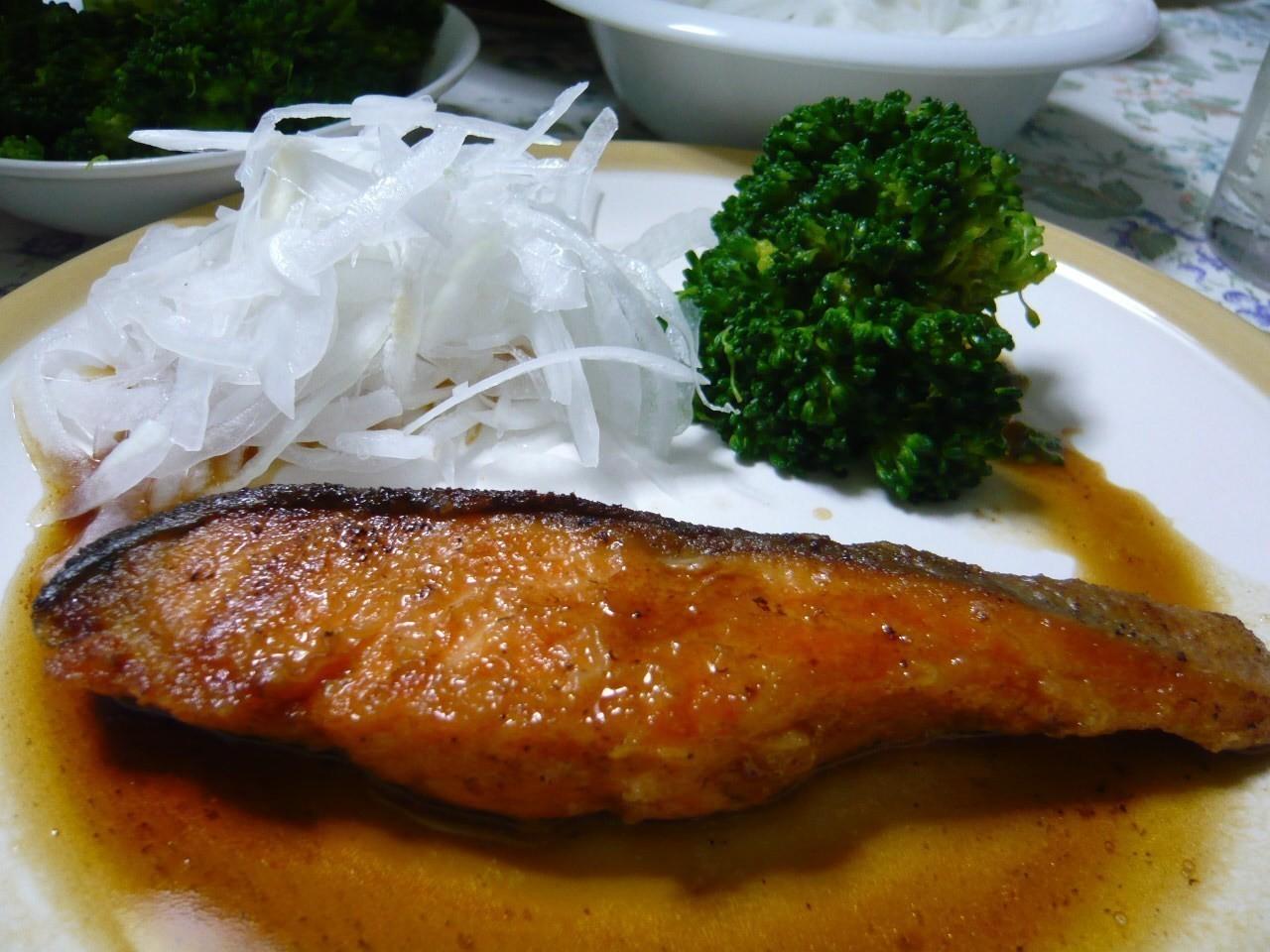 今日の晩御飯は鮭のムニエル!初物の新玉ネギのスライスを添えて(^o^)
