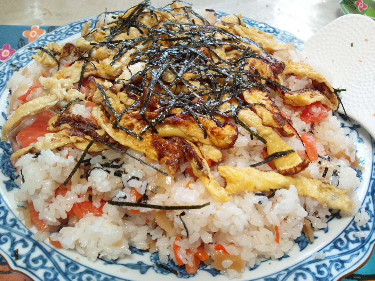 寿司太郎使ってだけど、サーモン入りの散らし寿司でーす♪