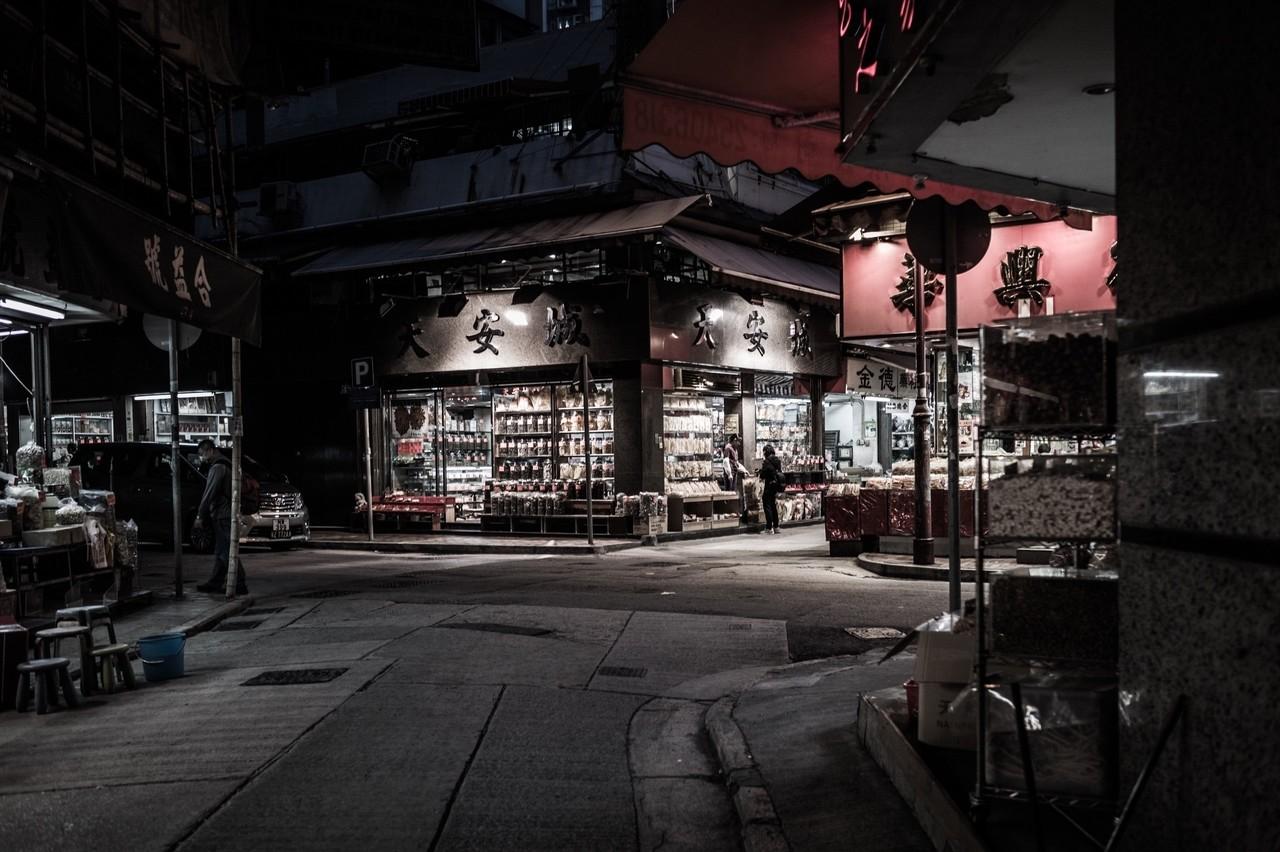 夜の店の明るさが好きです。