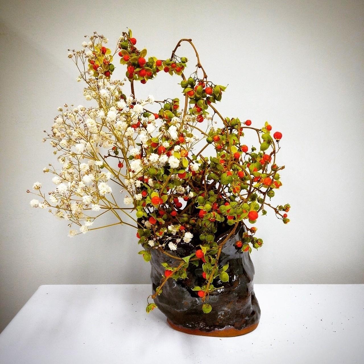 ツルウメモドキ、カスミソウ  花器は学生時代に自作で作ったもの。もともと美術部の友人に花器を作ってほしいと依頼したのだけれど、作っているところを見せてもらっているうちに自分でやりたくなって、結局自作してしまった。笑   #華道 #いけばな #生け花 #草月 #草月流 #花 #植物 #アート #デザイン #いけばな男子#花のある暮らし